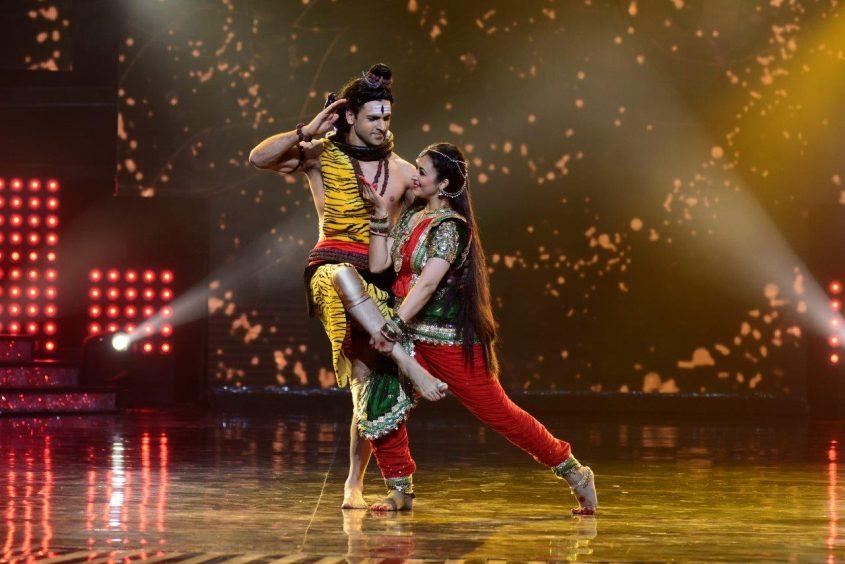 Divyanka & Vivek performing on the sets of Nach Baliye 8 (2)