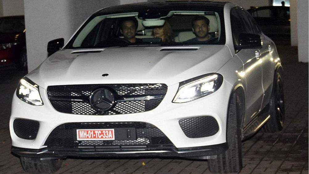 शाहरुख खान ने सलमान खान को ब्रांड न्यू मर्सीडीज कार गिफ्ट की है. इस कार को लेकर सलमान अपनी गर्लफ्रेंड यूलिया वेंतूर के साथ घूमते नजर आये