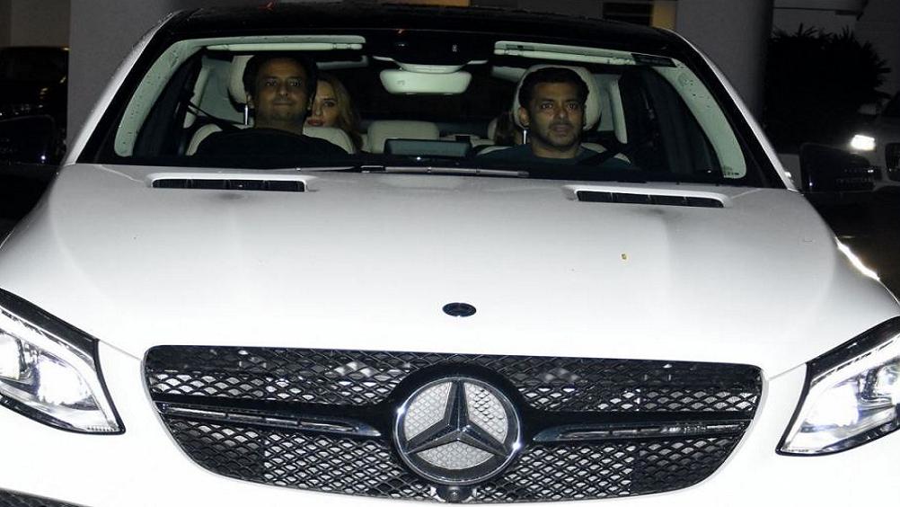 शाहरुख अपने साथ काम करने वाले स्टार्स को कारें गिफ्ट करते रहते हैं, सलमान ने शाहरुख के लिए पिछले मंगलवार के एक गाना शूट किया है