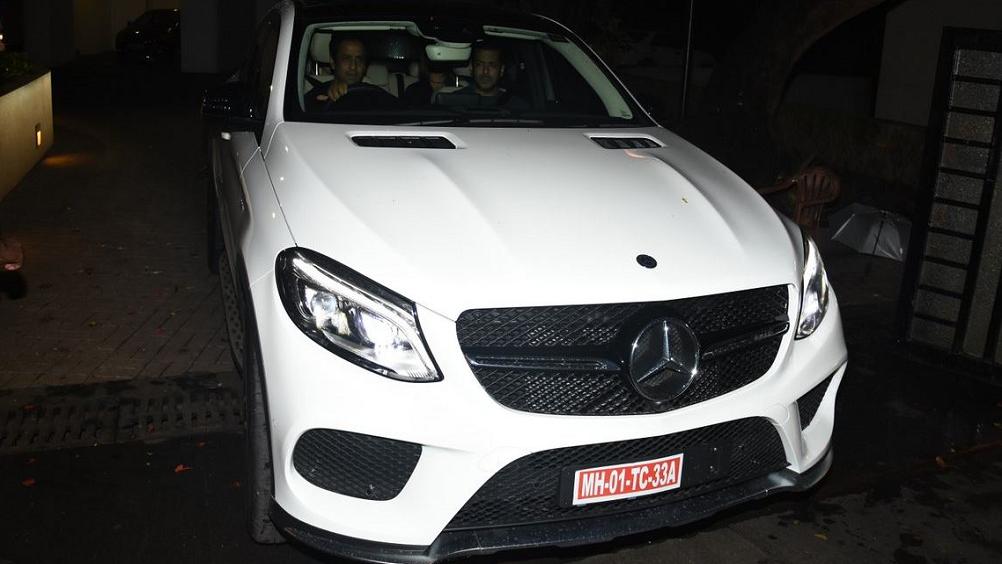 सलमान ने शाहरुख के साथ फिल्म के लिए यशराज स्टूडियो में शूट भी किया. सलमान जब स्टूडियो पहुंचे तो अपने लिए ये लक्जरी कार देख कर सरप्राइज हो गए